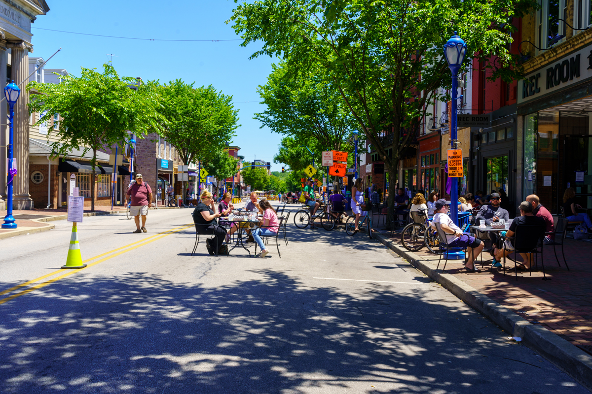 social distancing on open street